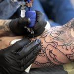 Quelles sont les qualités et les formations nécessaires pour devenir tatoueur ?