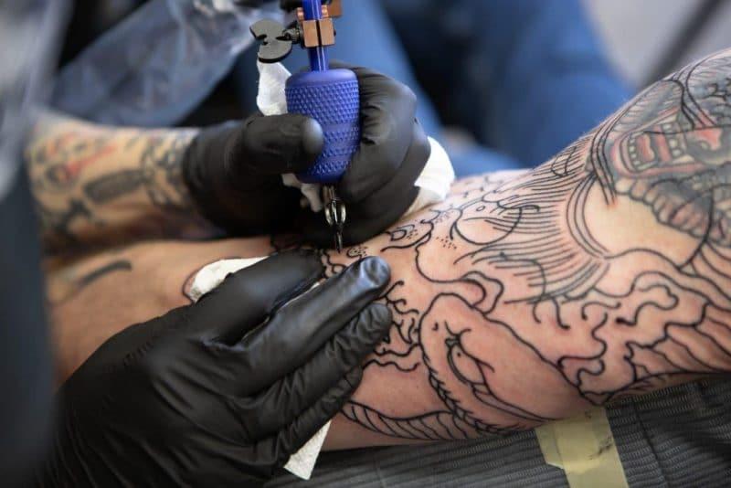 Les qualités et les formations pour devenir tatoueur